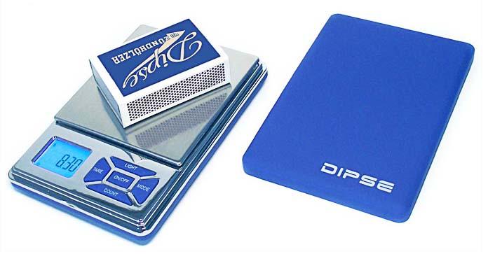 DIPSE EQ-Serie Taschenwaage im Größenvergleich mit Streichholzschachtel.